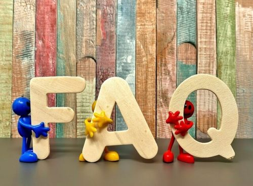 FAQをもつ人形