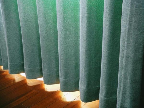 遮光カーテンを利用する