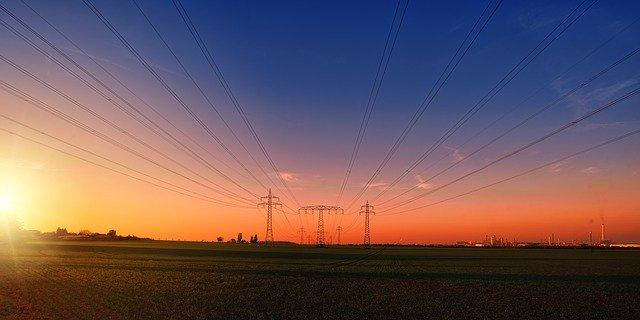 広い大地と電線